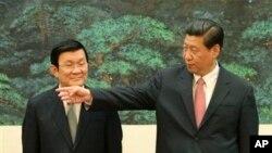 Chủ tịch Việt Nam Trương Tấn Sang Chủ tịch Trung Quốc Tập Cận Bình trong buổi lễ ký kết tại Sảnh đường Nhân dân ở Bắc Kinh, ngày 19/6/2013.