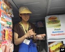 J.KIM 贩卖她精心烹调的热狗