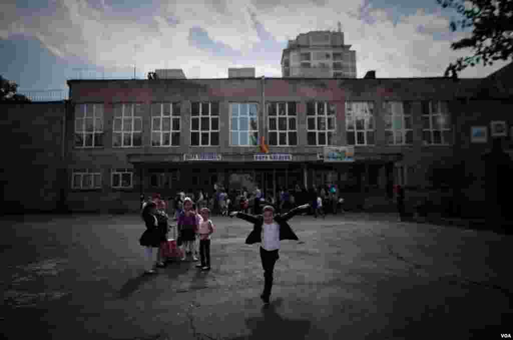 Students outside the Cilician School in Yerevan, Armenia, December 2012. (VOA/D. Markosian)