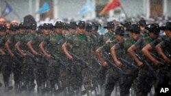 Soldados marchando bajo la lluvia durante una ceremonia militar en reconocimiento del nuevo presidente de Guatemala, Alejandro Maldonado, el 4 de septiembre, de 2015.