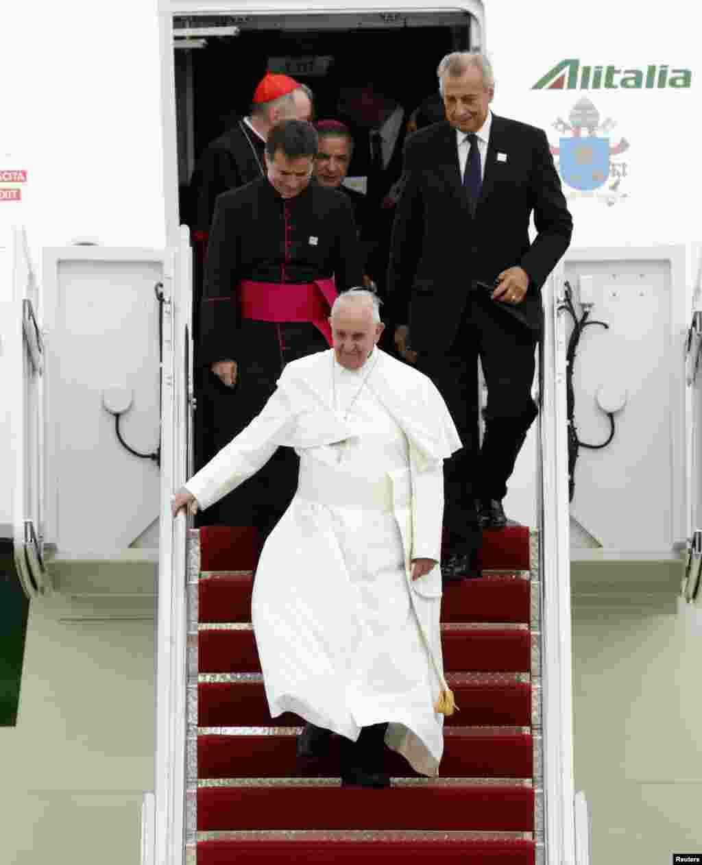 Đức Giáo Hoàng bước xuống máy bay tại Căn cứ Không quân Andrews bên ngoài thủ đô Washington, ngày 22/9/2015.