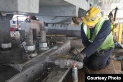 工人在准备调整曾引起风波的螺栓(Courtesy of Caltrans)