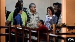 El ex dictador panameño Manuel Noriega en silla de ruedas junto a oficiales de la policía a su llegada a la prisión El Renacer.