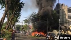 اتوار کو حملے کا نشانہ بننے والے ایک گرجا گھر میں آگ بھڑک رہی ہے