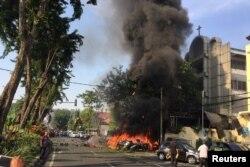 Sepeda-sepeda motor yang terbakar di Gereja Pantekosta Pusat Surabaya, di Surabaya, akibat ledakan bom bunuh diri, 13 Mei 2018. (Foto: Reuters)