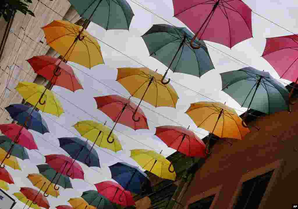 چترهای رنگین در یک شهربازی در آلمان