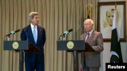 سرتاج عزیز اور امریکی وزیر خارجہ کیری (فائل فوٹو)