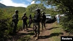 Binh sĩ canh gác khu vực nơi một ngôi mộ tập thể được tìm thấy ở ngoại ô Iguala, trong bang Guerrero, Mexico, ngày 4/10/2014.