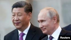 El presidente ruso, Vladimir Putin, a la izquierda, y el presidente chino, Xi Jinping, se reunieron en el Kremlin en Moscú, Rusia, el miércoles 5 de junio de 2019.