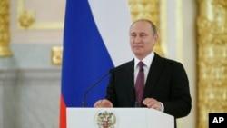 Le président Vladimir Poutine parle au Kremlin, Moscou, Russie, le 27 juillet 2016.