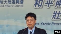 台湾陆委会副主委邱垂正2017年6月1日在记者会上谈六四事件(美国之音记者申华 拍摄)