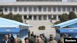 Bộ trưởng Ngoại giao Hoa Kỳ Rex Tillerson đứng cạnh Đại tướng Mỹ Vincent K. Brooks (thứ ba từ bên phải) Tư lệnh Lực lượng hỗn hợp Mỹ và Nam Triều Tiên và Đại tướng Leem Ho-young (thứ ba từ bên trái), Phó Tư lệnh Lực lượng hỗn hợp, ngày 17/3/2017.