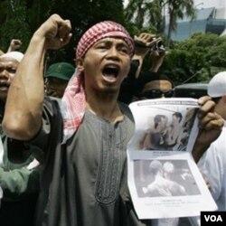 Para anggota FPI melakukan demonstrasi. Menurut polisi, FPI adalah satu dari tiga ormas yang sering melakukan kekerasan.