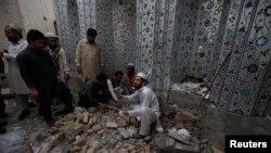 دھماکے کے بعد لوگوں امدادی کام میں مصروف ہیں