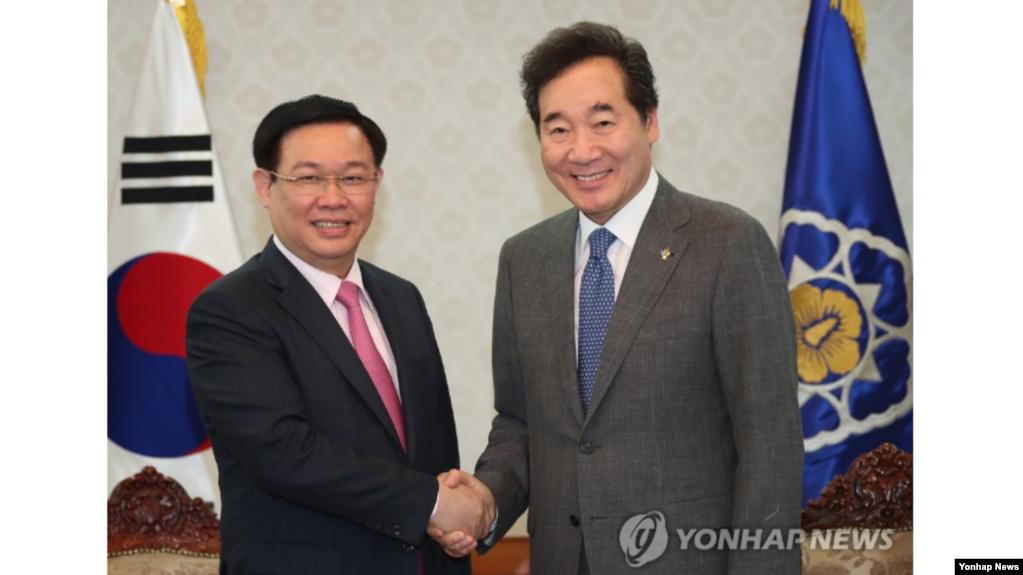 Vương Đình Huệ và Thủ Tướng Hàn Quốc, Lee Nak-yon (phải) tại Seoul ngày 21 tháng Sáu, 2019. (Yonhap)