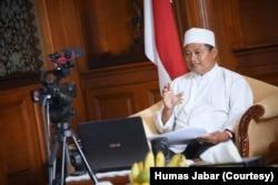 Wakil Gubernur Jabar Uu Ruzhanul Ulum memimpin video conference dengan perwakilan pengurus pondok pesantren se-Jabar jelang new normal di lingkungan pesantren, dari Gedung Sate, Kota Bandung, Jumat (5/6). (Courtesy: Humas Jabar)