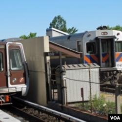 公交列车(左)和地区通勤列车停在华盛顿郊外车站