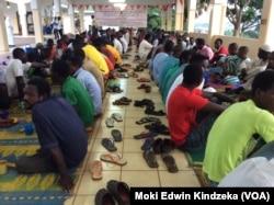 Umat Kristen buka puasa dengan umat Muslim di sebuah masjid di Yaounde.