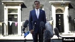 Ông Romney nói chuyện với phóng viên báo chí sau các cuộc hội đàm với các giới chức cao cấp của Anh