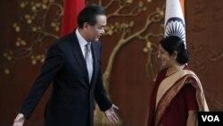 ລັດຖະມົນຕີ ຕ່າງປະເທດ ຈີນ ທ່ານ Wang Yi (ຊ້າຍ) ແລະຄູ່ ຕຳແໜ່ງ ລັດຖະມົນຕີຕ່າງປະເທດອິນເດຍ ທ່ານນາງ Sushma Swaraj