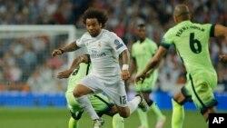 Marcelo courant balle au pied pendant la demi-finale de la ligue des champions, entre le Real Madrid et Manchester City au stade Santiago Bernabeu le mercredi 4 mai 2016 (AP Photo/Paul White)