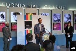 រូបឯកសារ៖ លោកអាឡិច ផែតឌីលឡា រដ្ឋលេខាធិការរដ្ឋកាលីហ្វញ៉ា ថ្លែងនៅក្នុងសន្និសីទសារព័ត៌មាមួយ នៅវិទ្យាស្ថាន Google Cultural Institute នៅទីក្រុង Sacramento រដ្ឋកាលីហ្វញ៉ា កាលពីថ្ងៃទី២៨ ខែមិថុនា ឆ្នាំ២០១៦។