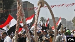 Para demonstran Mesir tetap berkumpul di lapangan Tahrir, Kairo menuntut dipercepatnya reformasi dan hukuman bagi para pejabat rejim Mubarak (16/7).