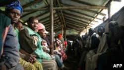 Abanyekongo bajabutse urubibe bava muri RDC barindiriye mu kigo ca Nyakabande, mu burengero bwa Uganda, kwiyandikisha nk'impunzi, Ukwezi kwa mbere, itariki 24, 2018.