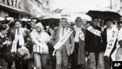 1989年4月,王若望(中)在上海參加遊行,爭取新聞自由,支援學生運動