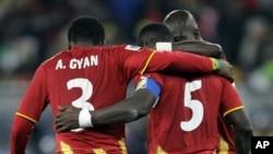 Asamoah Gyan tente de réconforter John Mensah (5) après son penalty manqué