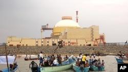 Ngư dân địa phương cầm cờ đen để phản đối hoạt động hạt nhân, bên ngoài nhà máy hạt nhân do Nga xây dựng ở Kudankalam, trong bang Tamil Nadu miền nam Ấn Độ