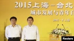 台北市長柯文哲(左)2015年8月18日在上海出席雙城論壇時與屆時的上海市長楊雄合影。