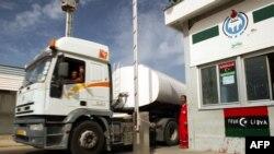 Un camion-citerne chargé quitte une raffinerie de pétrole à Zawiya, Libye, 23 septembre 2011.