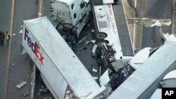 Imagen de video provista por KDKA TV muestra el lugar de un choque múltiple vehicular en la autopista Pennsylvania Turnpike, cerca de Greensburg, Pensilvania. Enero 5, 2020. (KDKA TV via AP)