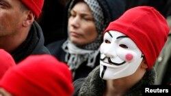 En esta foto de archivo, un manifestante usa una máscara de Guy Fawkes durante una manifestación en Carhaix, en el occidente de Francia. Nov. 30, 2013.