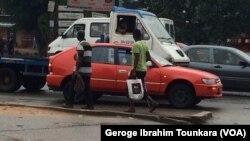Des habitants d'Abidjan, en Côte d'Ivoire, le 8 octobre 2017.