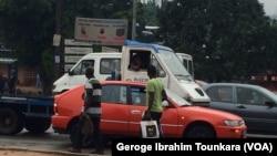 Les Abidjanais vaquent à leurs occupations avec beaucoup d'inquiétudes, à Abidjan, en Côte d'Ivoire, le 8 octobre 2017.
