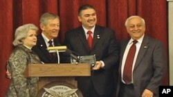 Ο Γερουσιατής Voinovich τιμάται με βραβείο της AΧEΠA.