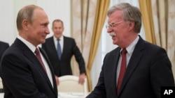 El presidente ruso, Vladimir Putin, (izquierda) recibió al asesor de Seguridad Nacional de EE.UU., John Bolton, el miércoles, 27 de junio de 2018 en Moscú.