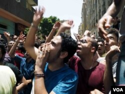 High school students call for the resignation Egypt's education minister in Cairo, June 27, 2016. (H. Elrasam/VOA)