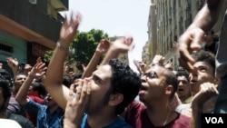Para siswa SMA melakukan protes di Kairo, menuntut mundurnya Menteri Pendidikan Mesir pasca bocornya ujian nasional, Senin (27/6).