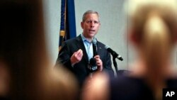 El candidato republicano para gobernador de Pensilvania, Paul Mango, en plena campaña el lunes 14 de mayo.
