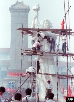 Sinh viên tạc tượng 'Nữ thần Dân chủ' ở một khuôn viên gần Thiên An Môn, 29/05/1989