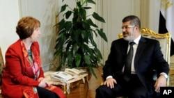 Presiden Mesir Muhamed Morsi (kanan) saat bertemu dengan diplomat tertinggi Uni Eropa, Catherine Ashton, 19 Juni 2013 (Foto: dok). Catherine Ashton dilaporkan baru-baru ini telah mengunjungi presiden terguling Mesir Mohamed Morsi selama dua jam, dalam upaya menengahi resolusi untuk krisis politik negara itu.