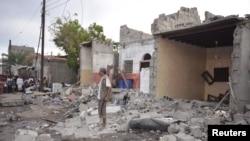 Một người đàn ông đứng trên đống đổ nát của ngôi nhà bị phá hủy bởi một vụ không kích do Ả rập Xê út dẫn đầu tại thành phố cảng Biển Đỏ ở Yemen, ngày 21/12/2015.