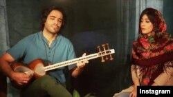 «علی قمصری» نوازنده و آهنگساز ایرانی به خاطر اجرای «هاله سیفی زاده» خواننده زن ایرانی در یک کنسرت از کار موسیقی منع شد.