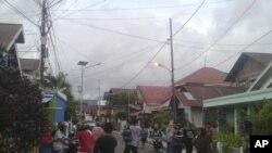 Warga meninggalkan rumah mereka untuk mencari tempat yang lebih tinggi setelah gempa bumi mengguncang Ternate, Maluku Utara, Minggu, 14 Juli 2019.