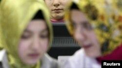 Des filles turques assistant à des cours d'informatique à Istanbul le 10 février 2010.