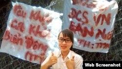 """Hai biểu ngữ được viết bằng máu trên tấm vải trắng: """"Đi chết đi ĐCS VN bán nước"""" và """"Tàu khựa cút khỏi Biển Đông"""" (ảnh: Danlambao)"""