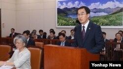 조명균 한국 통일부 장관이 10일 국회에서 열린 외교통상통일위원회에서 현안에 관해 보고하고 있다.